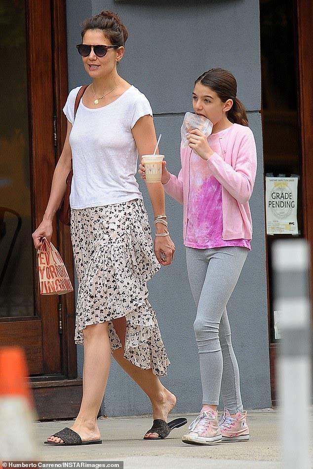 Suri thường xuyên được mẹ ở bên cạnh và cùng cô tham gia các hoạt động từ thiện
