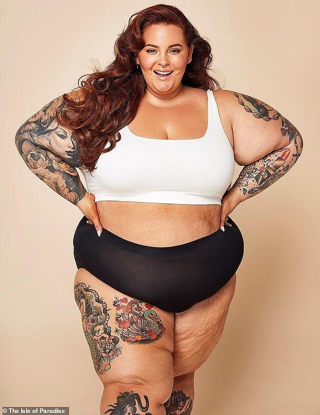 """Nàng mẫu tự tin với ngoại hình """"phì nhiêu"""" của mình. Cô không hề ngại ngùng mặc bikini phô bày cơ thể thừa cân, đầy rẫy các vết rạn dạ và sần sùi cùng gương mặt xinh đẹp, tươi tắn"""