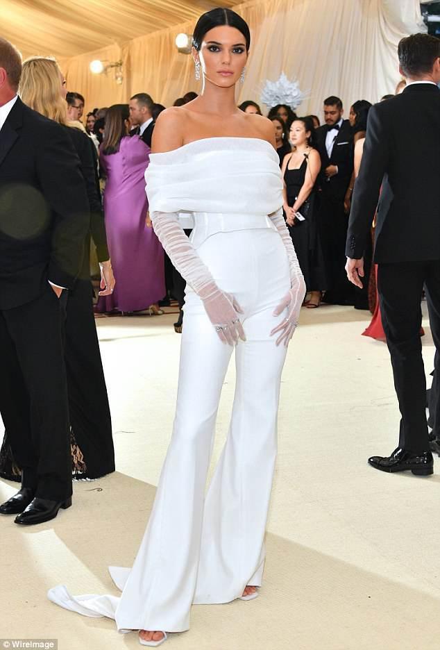 Còn nhớ, siêu mẫu thế hệ mới Kedall Jenner từng chưng diện bộ cánh tương tự, nhưng là corset cùng quần ống cực dài.