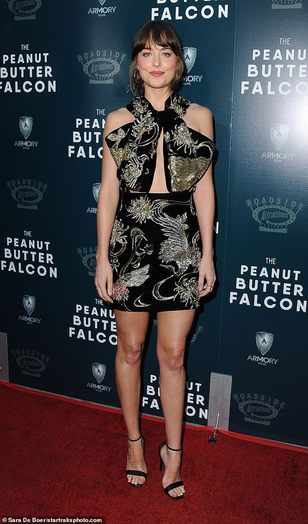 Mỹ nhân Dakota Johnson nổi bật trên thảm đỏ trong chiếc váy thêu cầu kì đậm chất Á Đông