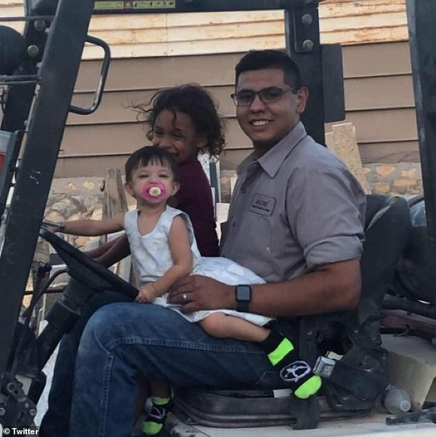 Anh Andre bên cạnh 2 cô con gái nhỏ.