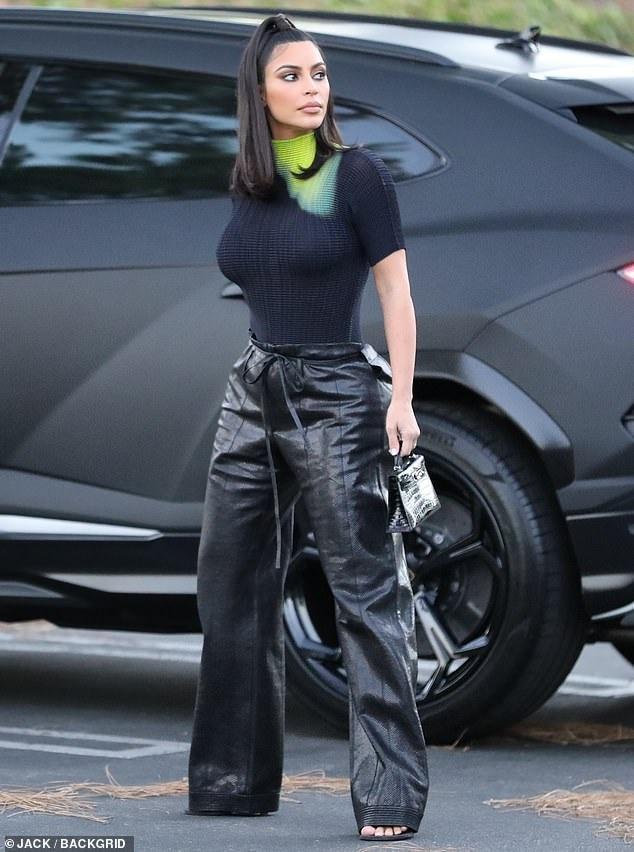 Những chiếc túi xách mà chị em nhà Kardashian đeo trên người luôn được dân tình ráo riết săm soi và bắt chước theo