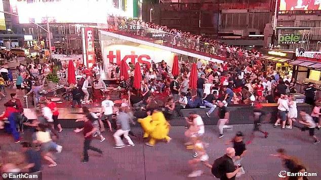 Một người biểu diễn trong trang phục Pikachu chỉ kịp tháo chiếc đầu cồng kềnh ra.