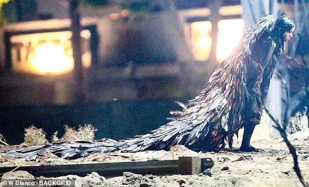 Bộ cánh khá dài và nặng khiến nữ ca sĩ phải kéo lê trên nền đất.