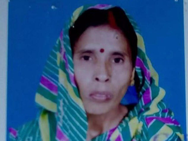 Bà Kusum Chaturvedi, 50 tuổi, đã bị tấn công khi đang phơi quần áo cùng với chị dâu trên sân thượng ở chính nhà mình. Ảnh: Daily Mail.