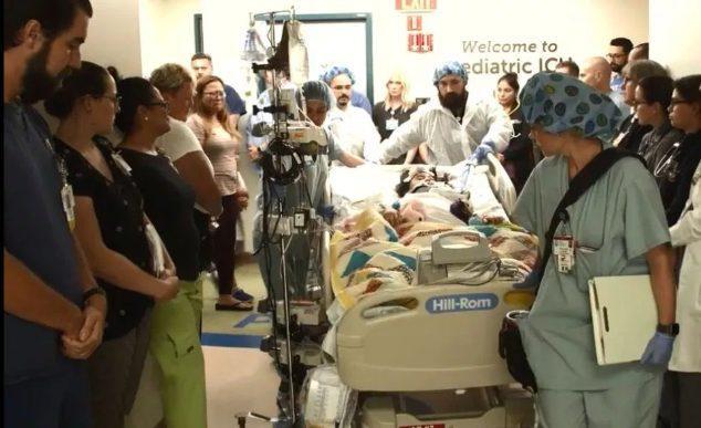 Các nhân viên bệnh viện xếp hàngcúi chào tưởng niệm cô bé 10 tuổi hiến tạng cứu người.
