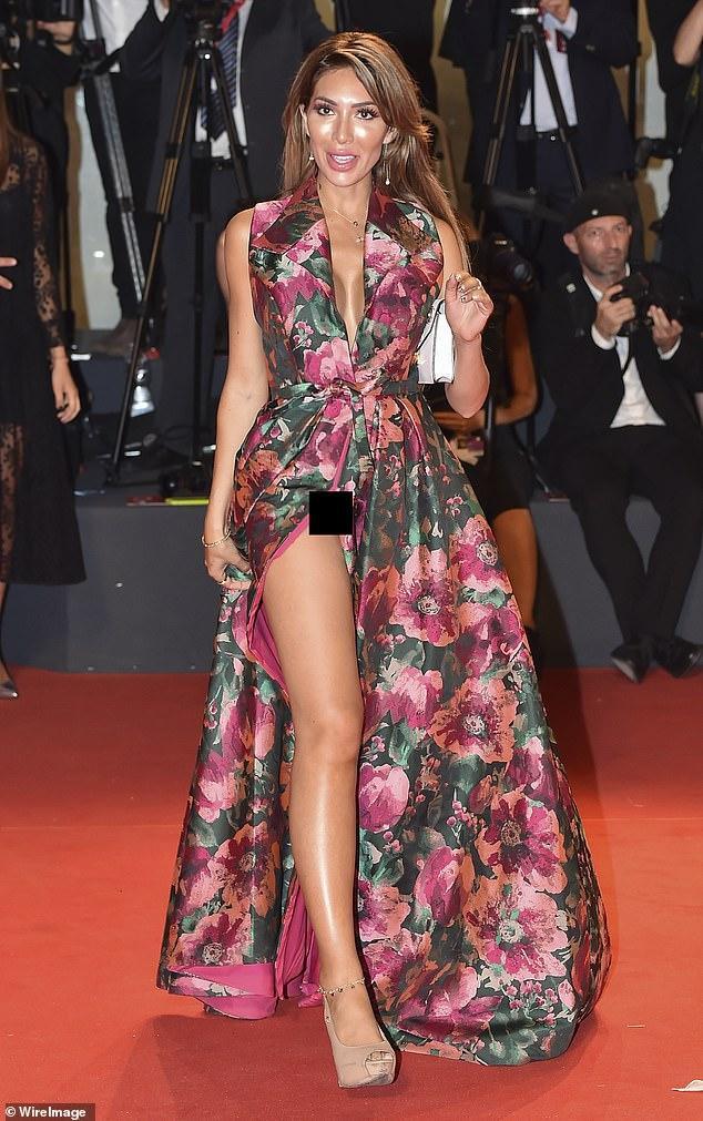 Farrah Abraham chọn chiếc váy hoa xẻ tà cao đến mức lộ cả vùng nhạy cảm trước ống kính