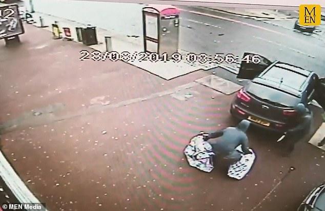 Thành viên thứ 5 của băng cướp được trang bị một con dao rựa, đứng đe dọa người qua đường khi họ có ý định đi ngang qua cửa hàng.