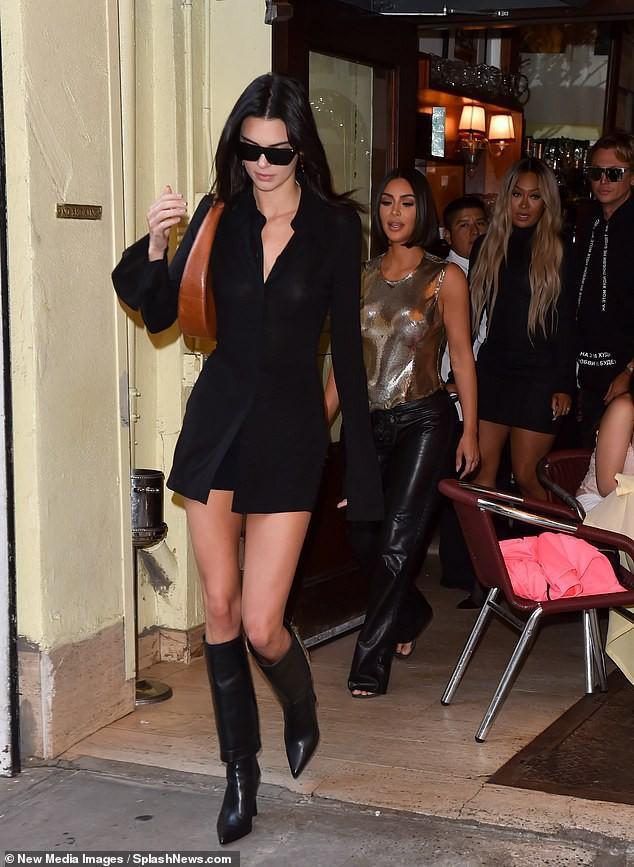 Em gái cô Kim siêu vòng 3 trong chiếc váy sơ mi đen mix cùng boots da và túi vintage màu nâu độc đáo