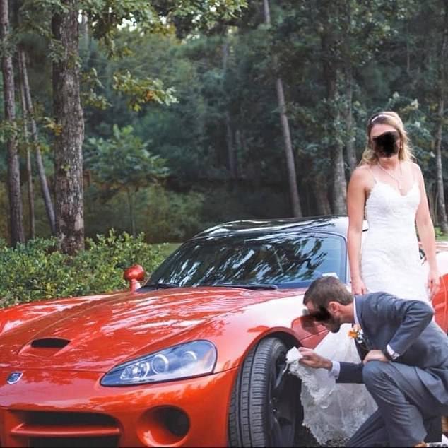 Bức ảnh cho thấy người mặc trang phục chú rể dùng váy cô dâu lau lốp xe đang là đề tài bàn tán sôi nổi trên mạng xã hội.