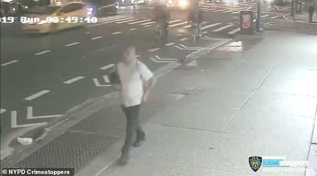 Sau khi cưỡng hiếp cô gái, hắn nhanh chân bỏ trốn về phía đường số 52.