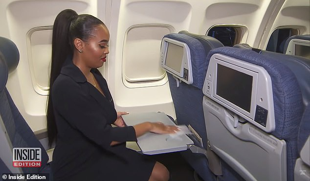 Jamila khuyên hành khách nên tự vệ sinh chiếc bàn trước khi đặt bất cứ đồ ăn, thức uống nào trên đó.(Ảnh:Inside Edition)