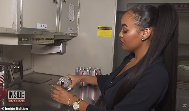Tốt hơn hết là hành khách đừng nên gọi những thức uống nóng trên máy bay vì đường ống dẫn nước trên máy bay chỉ được khử trùng 4 năm một lần. (Ảnh:Inside Edition)