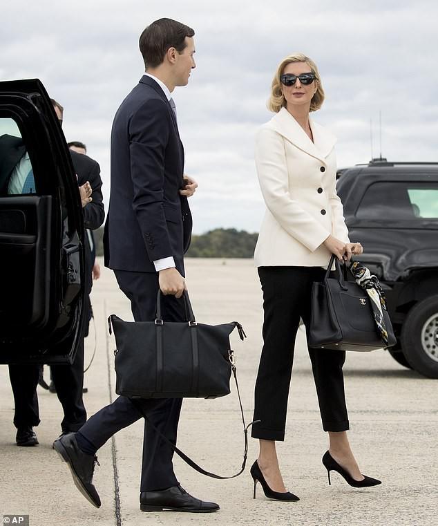 Con gái Tổng thống Trump bắt chước theo nàng Công nương quá cố khi cùng chồng đi công tác trong trang phục đậm chất công sở áo vest trắng cùng quần kaki đen nền nã đi kèm với túi Chanel