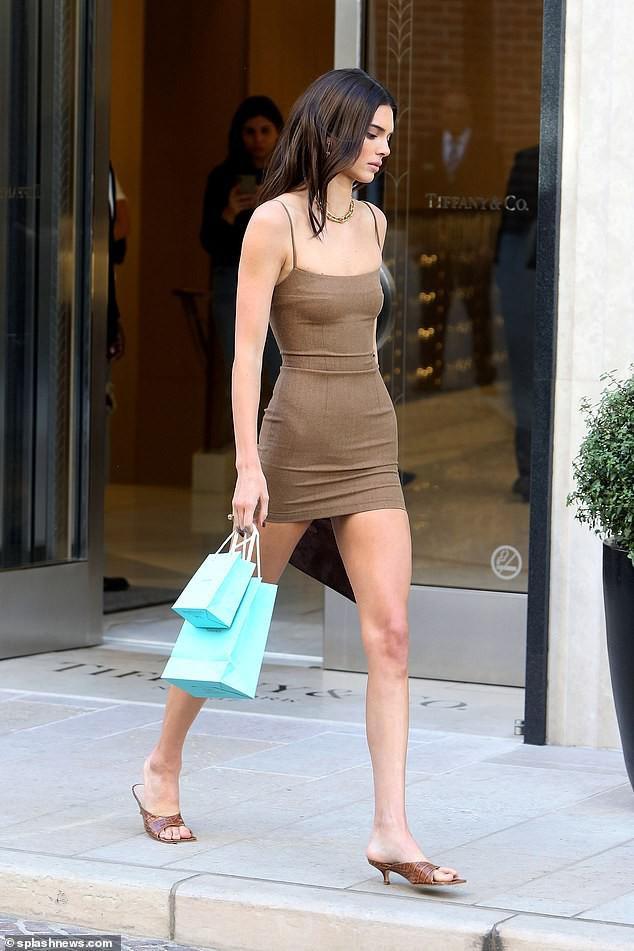 Người đẹp triệu đô nổi bần bật ở góc phố đến mức ai cũng phải ngoái nhìn và cầm điện thoại chụp hình liên tục
