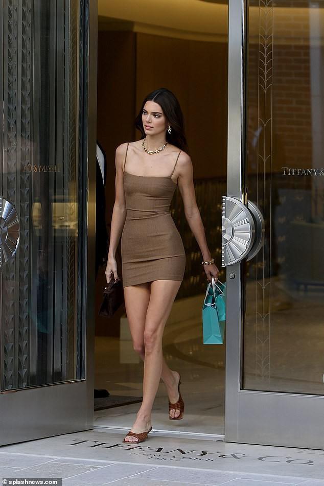 Kendall Jenner trang điểm nhẹ nhàng, mặc đầm hai dây gợi cảm bước ra từ cửa hàng khoe dáng đẹp chân thon khi đi mua đồ trang sức