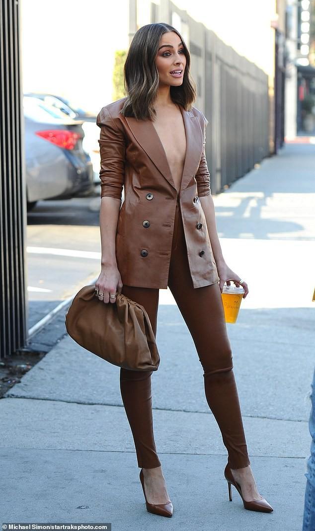 Người đẹp 27 tuổi còn được biết như là một fashionista thực thụ khi không bao giờ vắng bóng tại các sự kiện thời trang lớn . Trang phục matchy – matchy của cô trên phố từ bộ suit đến ví cầm tay và giày cao gót tạo nên tổng thể vô cùng đẹp và bắt mắt