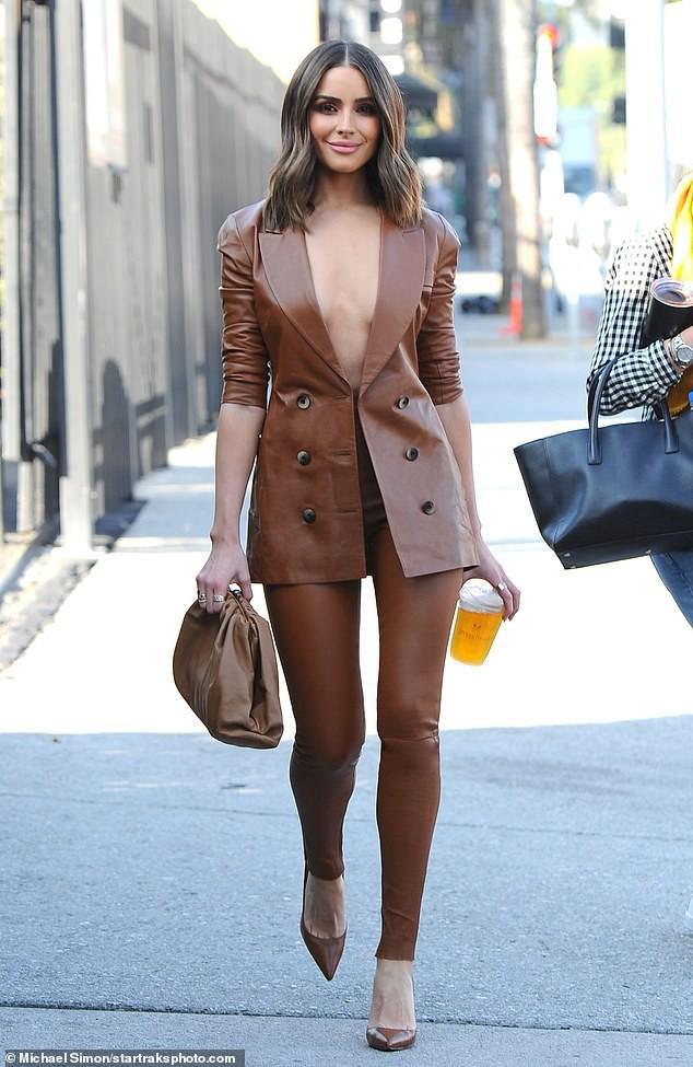 Hoa hậu Hoàn Vũ Olivia xuất hiện trên phố với bộ suit da màu nâu bò tây cực chất vừa qua