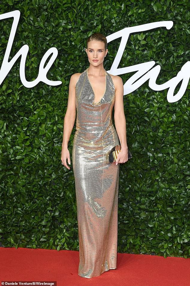 Ngoài ra tại buổi lễ long trọng này không thể thiếu sự có mặt của siêu mẫu giàu nhất nước Anh Rosie Huntington-Whiteley bộ đầm chất liệu metallic lấp lánh, cắt xẻ ngực gợi cảm.