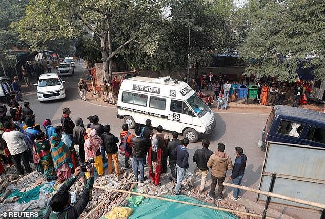 Thi thể cô gái được đưa từ bệnh viện về nhà ởUnnao, bang Uttar Pradesh.