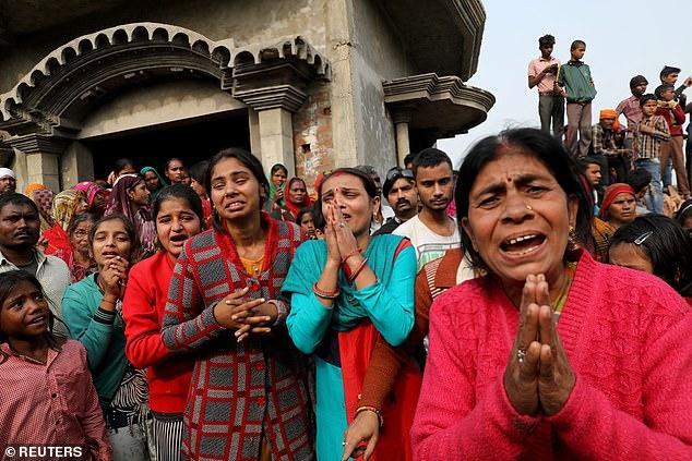 Người thân nạn nhân tập trung đông bên ngoài nhà của nạn nhân, bày tỏ niềm thương xót.