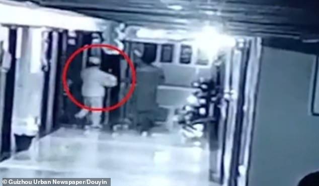 Kẻ buôn người giả làm y tá lẻn vào bệnh viện, bắt cóc bé gái sơ sinh - Ảnh 2.