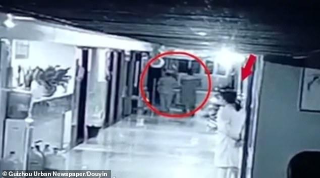 Kẻ buôn người giả làm y tá lẻn vào bệnh viện, bắt cóc bé gái sơ sinh - Ảnh 3.