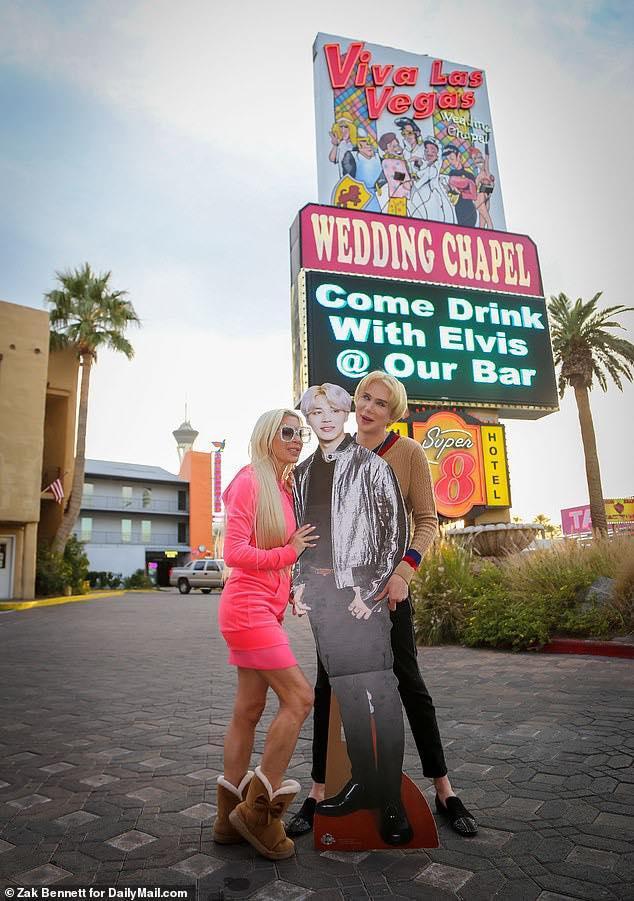 Oli London đã cưới một tấm bìa in hình Jimin (BTS) ở Las Vegas