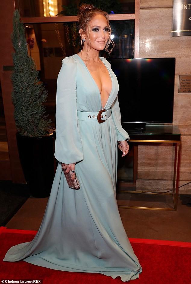 Jennifer Lopez khoe sắc trong bộ váy xanh biển xẻ sâu sải bước trên thảm đỏ