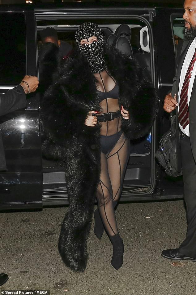 Cardi B nổi loạn trong phong cách thời trang khi đi dự show Laundered Works Corp của nhà thiết kế Offset