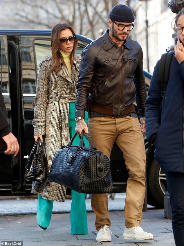 Sau đó cánh săn ảnh bắt gặp vợ chồng Beckham cực kì lịch lãm với set đồ Thu/Đông khi dạo phố mới đây khi bà xã Victoria Beckham lại vô cùng sành điệu với áo khoác dạ dáng dài kết hợp cùng quần lụa màu xanh bắt mắt và tùi đen Hermes
