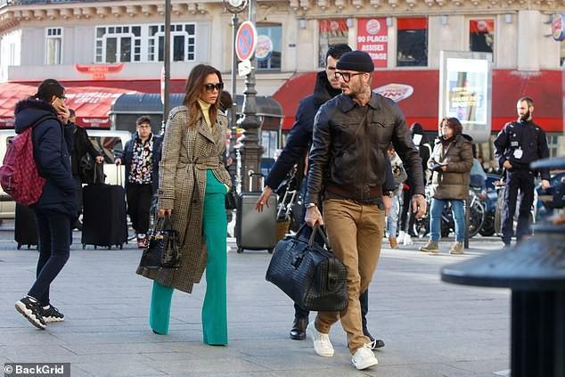 Còn ông chồng điển trai phong độ với áo khoác da phối cùng mũ len, quần jeans và giày thể thao năng động