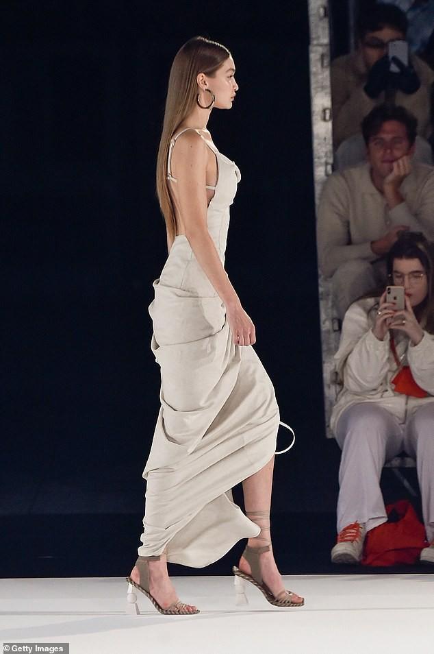 Thân hình nuột nà của chân dài trong dáng váy cut – out xẻ chân và hờ lưng thu hút người xem