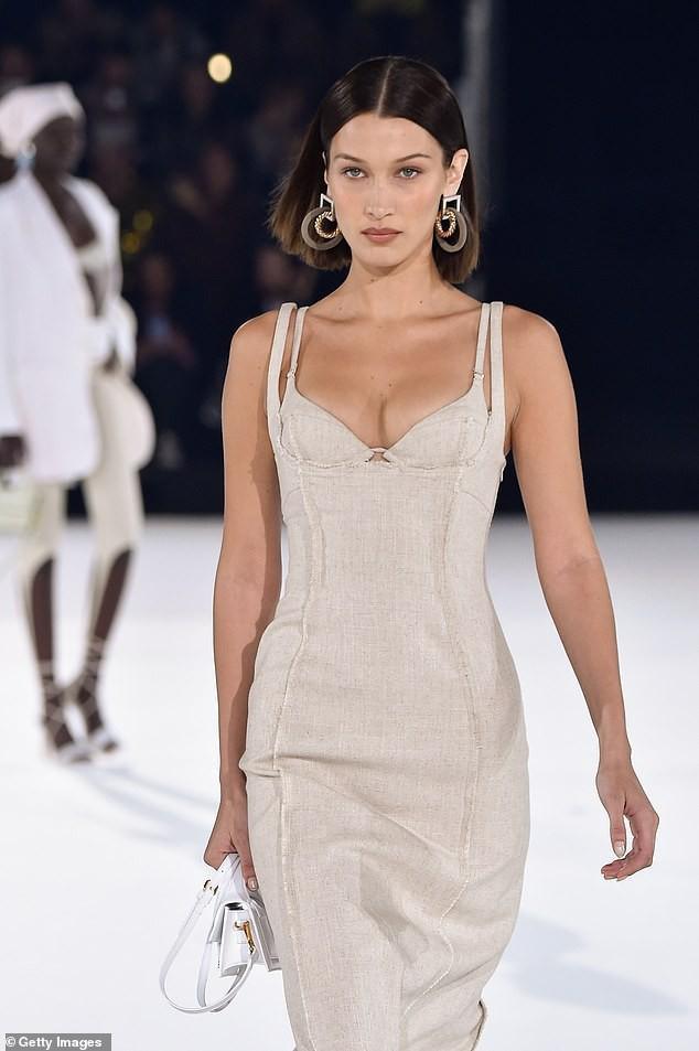 Xuyên suốt BST là gam màu be, trắng cùng với kiểu dáng dễ mặc và ôm sát body