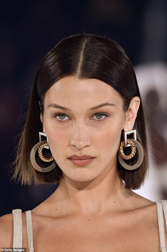 Mái tóc ngắn và đôi bông tai oversized giúp mỹ nhân Hollywood trông thu hút hơn hẳn phù hợp với set váy mà cô mặc trên người