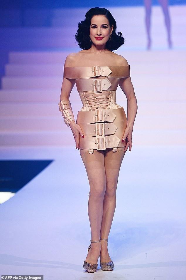 Vũ nữ thoát y đình đám Hollywood Dita Von Teese trong set váy khá lạ và cuốn hút với thiết kế được cuốn bằng 5 chiếc thắt lưng màu be