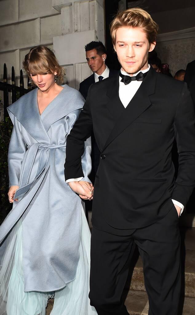 Taylor Swift xuất hiện bên cạnh bạn trai tại một sự kiện khác cùng thời điểm.