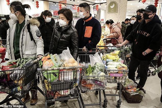 Tại quầy thanh toán, người dân đứng xếp thành những hàng dài. Trong giỏ xe của họ chất đầy rau củ.