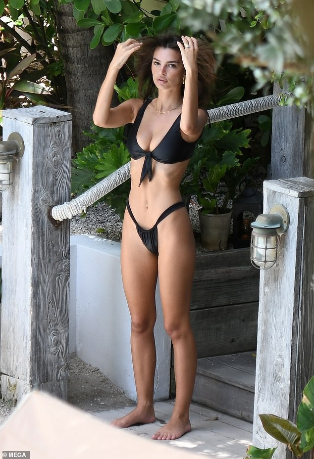 """Chỉ có ai sở hữu hình thể đẹp chuẩn từng milimet mới có thể """"chinh phục"""" dáng bikini nóng bỏng này"""