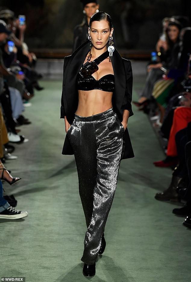 Xuyên suốt BST của Brandon đều là những gam màu trung tính như đen, bạc, màu xanh sẫm v.v.. Bella Hadid trong một thiết kế của nhà mốt với kiểu áo ngực mix cùng quần chất liệu sequin bạc và kiểu túi đeo chéo ngay ngực vô cùng cá tính