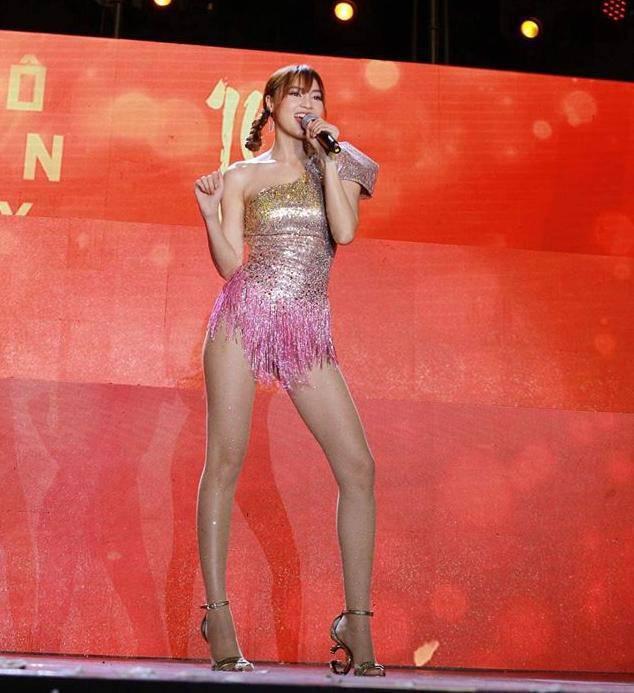 Một trong những mỹ nhân yêu tông màu hồng mới nhất của showbiz Việt là Ninh Dương Lan Ngọc, thời gian gần đây, cô nàng thường xuyên xuất hiện với những bộ cánh Theo sắc độ nữ tính thế này.