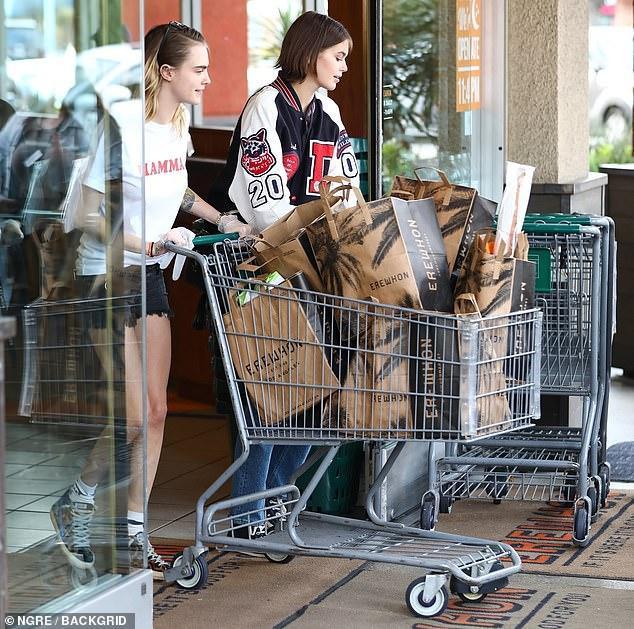 Hai chân dài cùng nhau đi mua sắm đồ dùng, thức ăn trong mùa dịch Covid-19 trở nên căng thẳng khi chính quyền hạn chế người dân ra đường