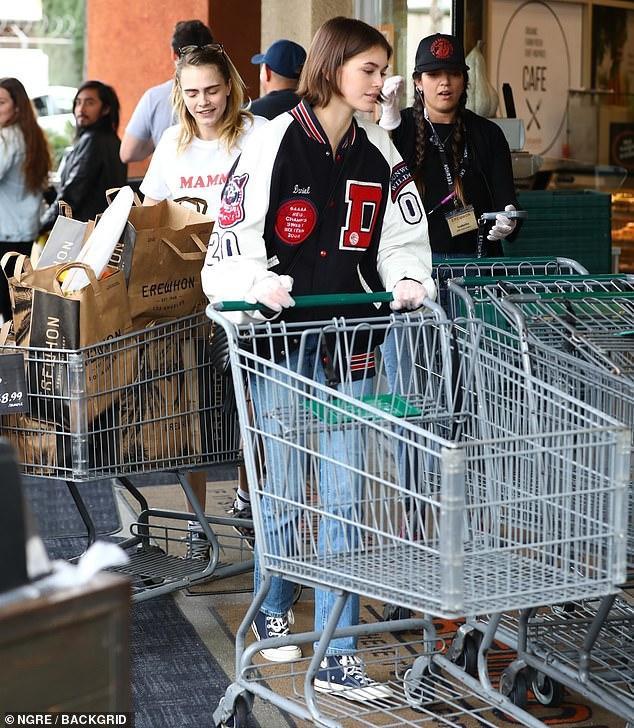 """Con gái Cindy Crawford đi siêu thị cùng """"nàng thơ Chanel"""" CaraDelevingne"""