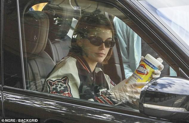Chân dài đắt show Kaia Gerber đeo bao tay nhưng lại không đeo khẩu trang khi đi siêu thị.