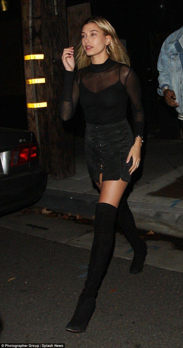 Chân dài Hailey Bieber trong set đồ đen từ trên xuống, cô diện áo sheer đen thấu mix cùng áo hai dây mặc bên trong