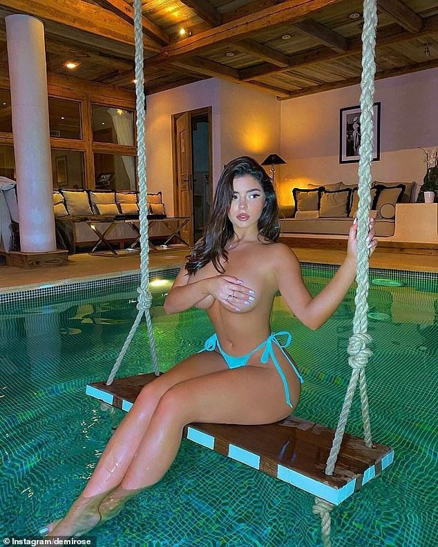 """""""Kim Kardashian"""" phiên bản Anh Quốc trong hình ảnh mới nhất của mình khi cô gần như chả mặc gì và lấy tay che vòng một đầy đặn ngồi trên xích đu ở giữa nhà bên cạnh hồ bơi"""