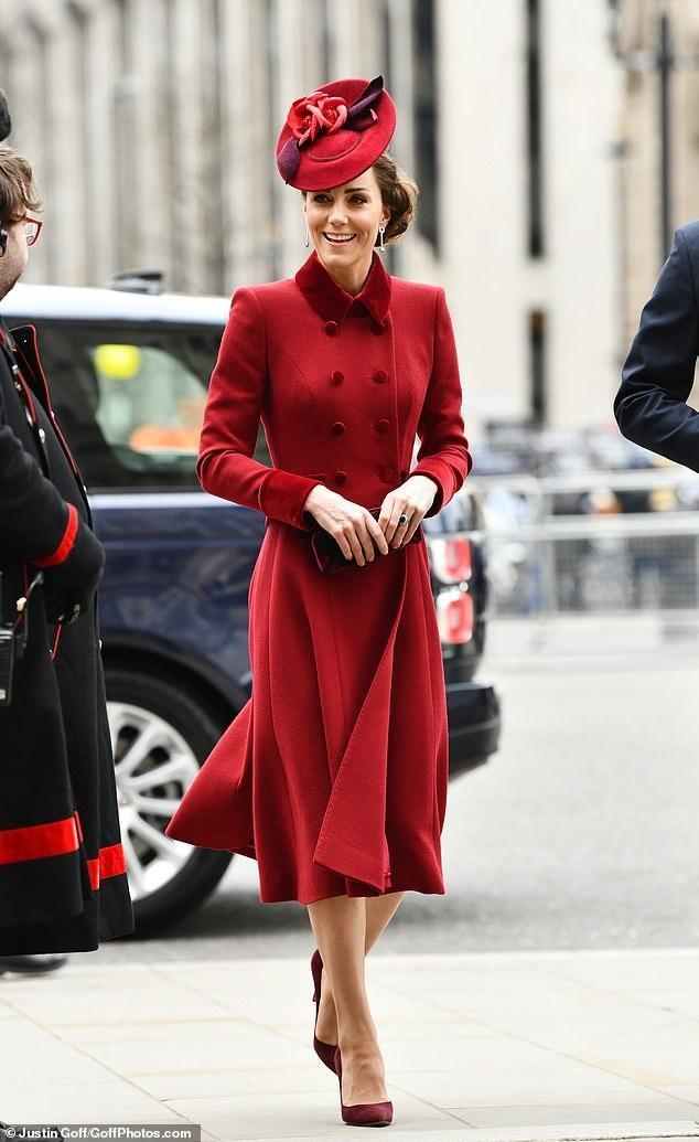 Trước đó, Công nương Kate trong trang phục đỏ thắm của nhà mốt Catherine Walker từ trên xuống khi tham gia một sự kiện lần cuối cùng Meghan Markle tại Tu viện Westminster vào ngày 9/3