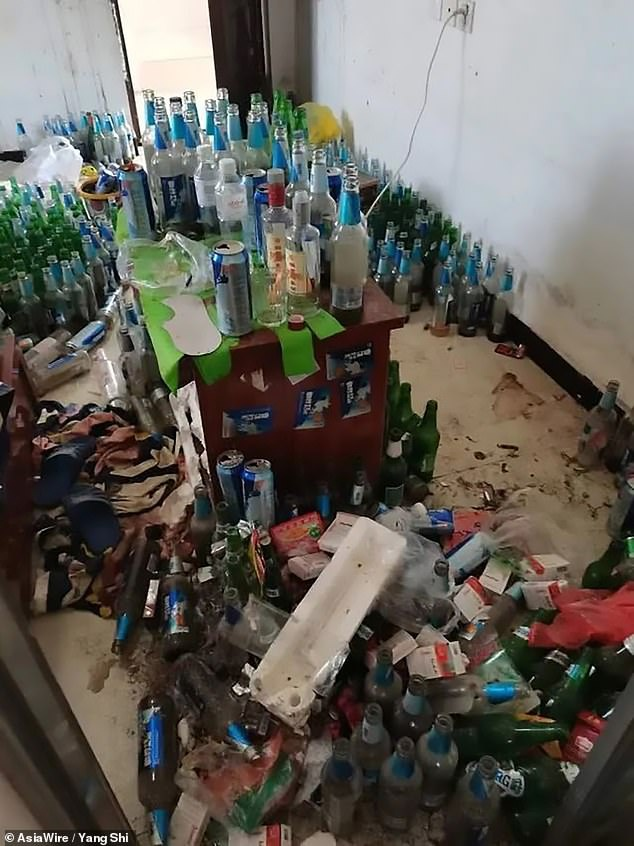 Căn phòng cho thuê của ông Yang giờ đây chứa rất rác thải, có khoảng 600 chai bia rỗng.