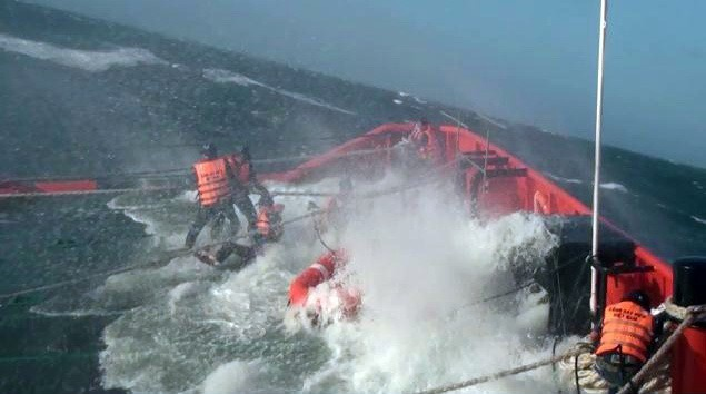 Sóng lớn đánh lên mũi tàu cảnh sát biển 9001 trong lúc cứu nạn – Ảnh do Bộ Tư lệnh Vùng Cảnh sát biển 3 cung cấp
