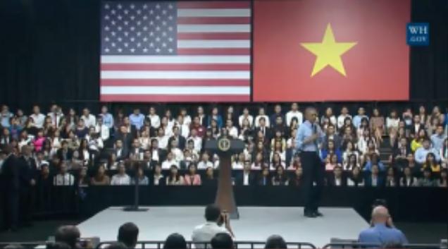 Sau vài phút trò chuyện, Tổng thống Mỹ cởi áo vest, xắn tay để tiếp tục thoải mái giao lưu với các bạn trẻ TP HCM.
